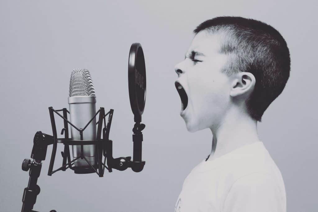 Śpiewający chłopiec w studio nagrań