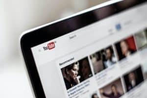 YouTube na laptopie