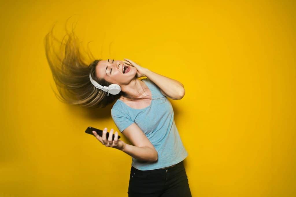 Dziewczyna słuchająca muzyki z telefonu