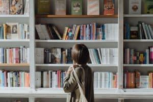 Kobieta przed półką z książkami