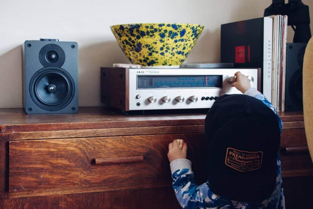 Mały chłopiec przy radiu