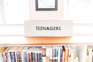 Półka z książkami młodzieżowymi