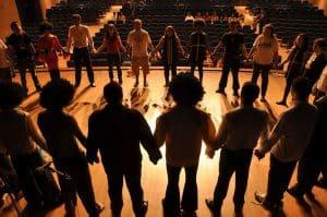 Grupa ludzi na scenie
