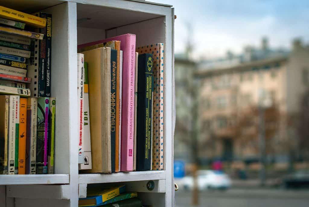Miejski regał z książkami