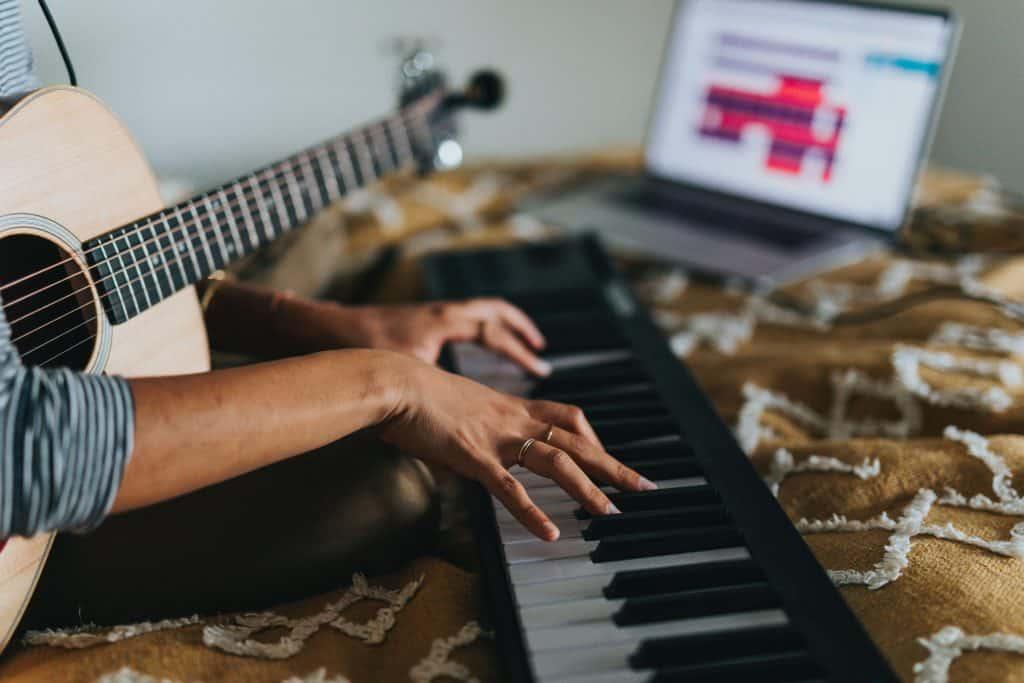 Kobieta komponująca muzykę