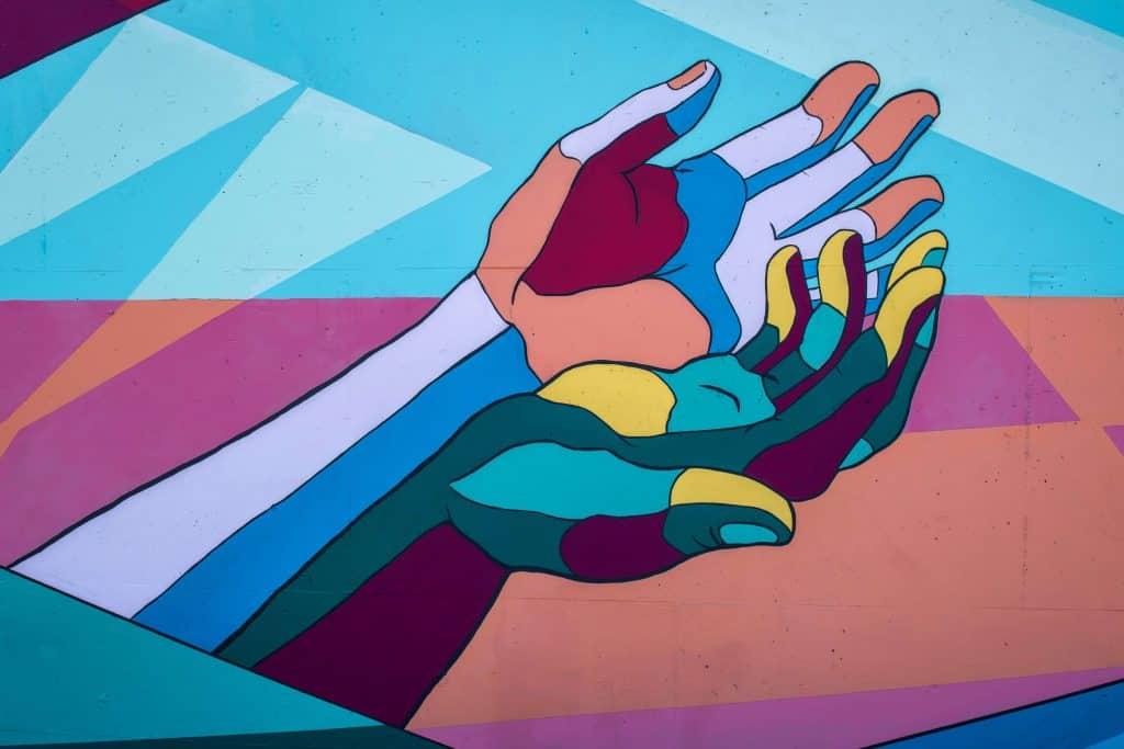 Streetart przedstawiający kolorowe dłonie