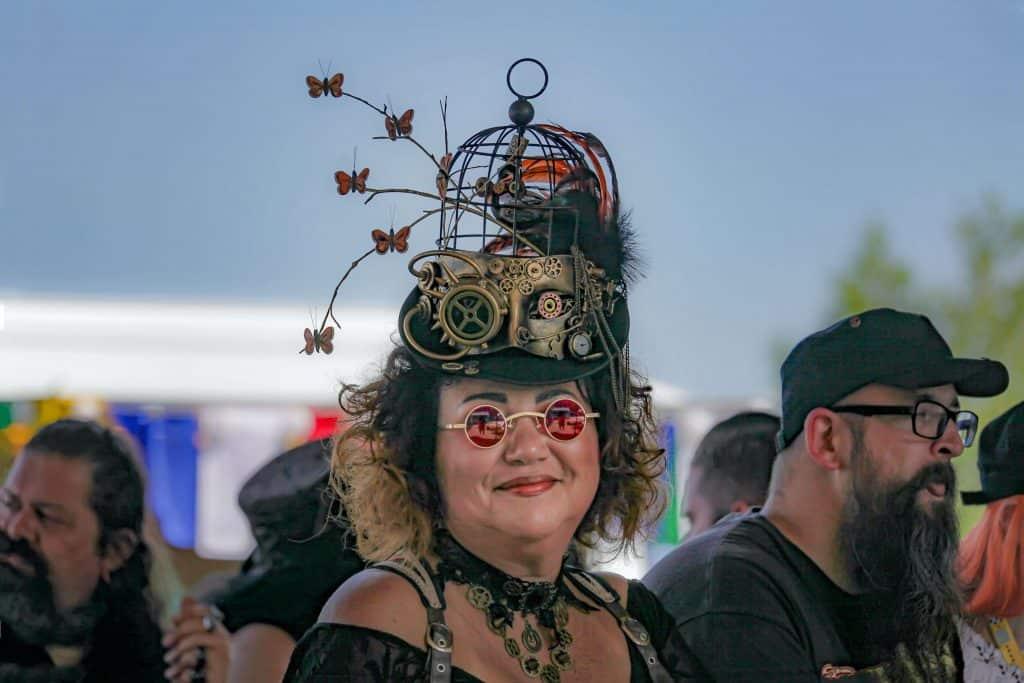 Kobieta na muzycznym festiwalu w kreacji steampunkowej