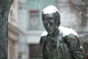 Pomnik Bułata Okudżawy w zimie