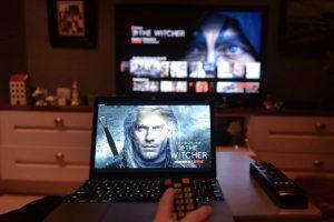 Serial Wiedźmin na ekranie laptopa