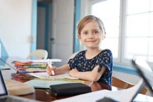 Dziewczynka siedząca przy książkach