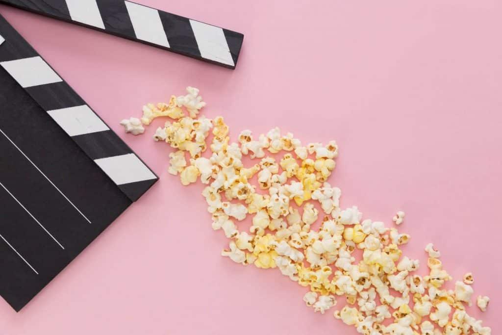 Filmowy klaps i popcorn