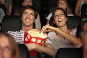 Para jedząca popcorn w kinie