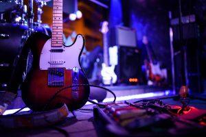 Gitara elektryczna na scenie